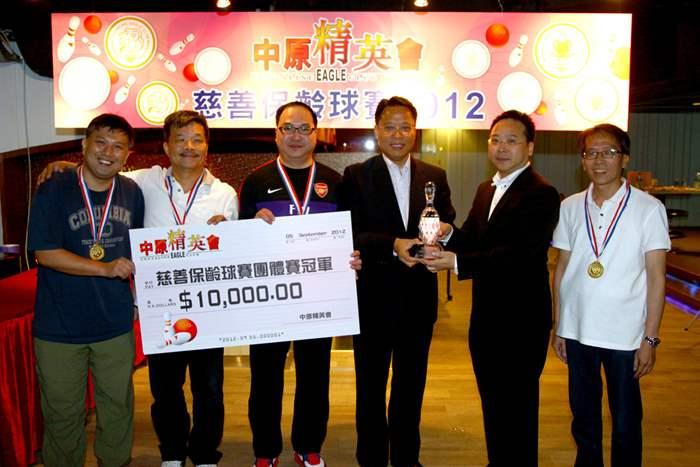 冠軍隊伍 -- 深井及青山公路,獲精英會創會會長黃偉雄先生頒發獎盃及一萬元獎金
