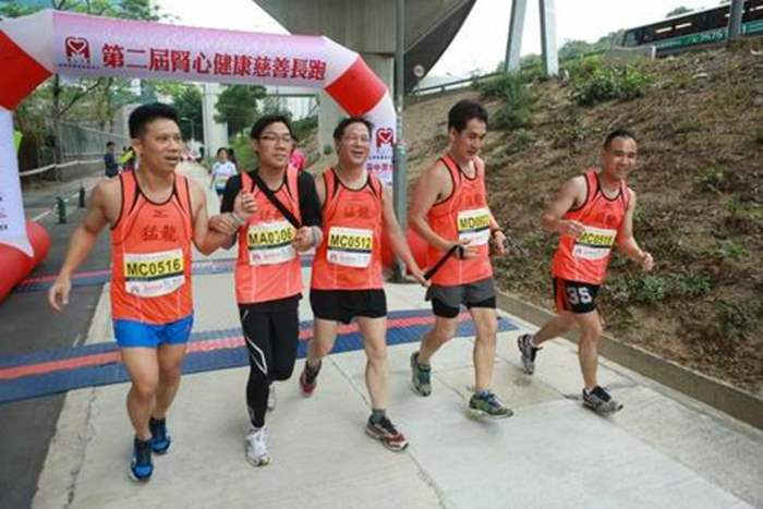 視障跑手及領跑員憑藉手繩的牽引昂首到達終點。