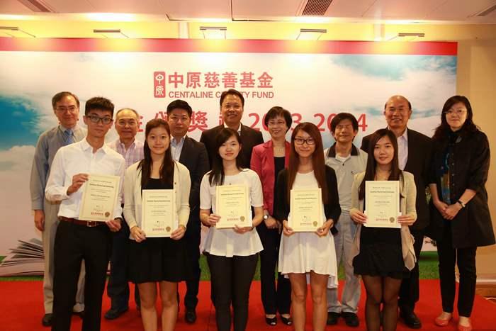 教育局副秘書長葉曾翠卿太平紳士(後排右四)與一眾嘉賓及得獎者合照。