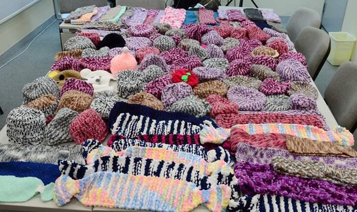 中原義工組在活動中所收集的冷帽及頸巾。