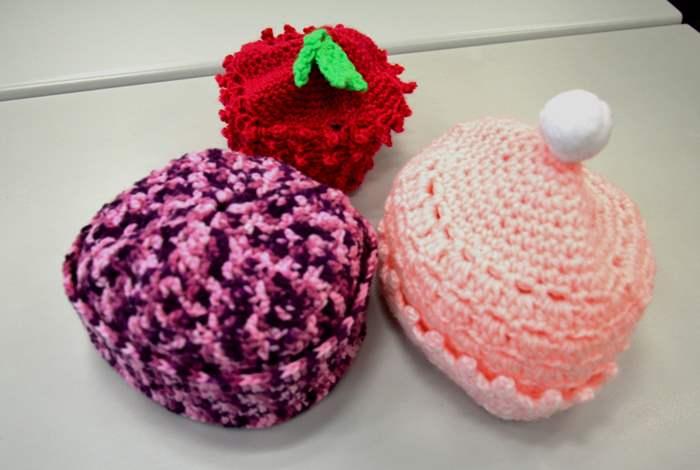 不同的冷帽造型洋溢着編織者的愛心。