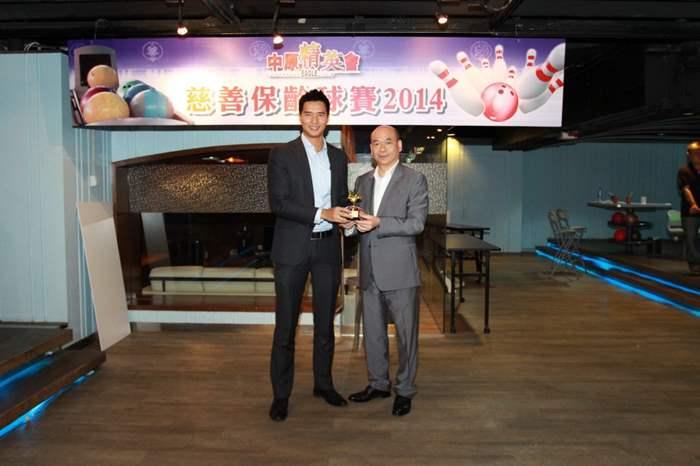 籌款額最高個人獎 -「樂善之星 (員工組別)」得獎者為商舖部Steve Fung(左)。