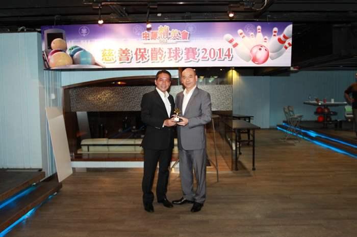 籌款額最高個人獎 -「樂善之星 (管理層組別)」得獎者為商舖部 Henry Jong(左)。