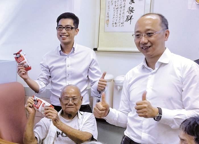 精英會會長(2015)林偉文先生(右一)與長者玩集體遊戲,彼此也很開心。