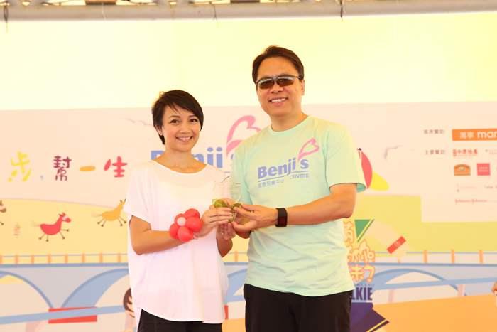 中原地產奪得企業最高籌款額第一名,由主禮嘉賓之一的楊婉儀小姐頒發獎項。