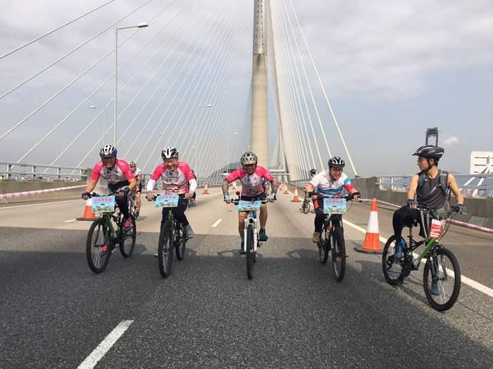 透過是次活動,一眾精英於昂船洲大橋上享受騎乘單車的樂趣。