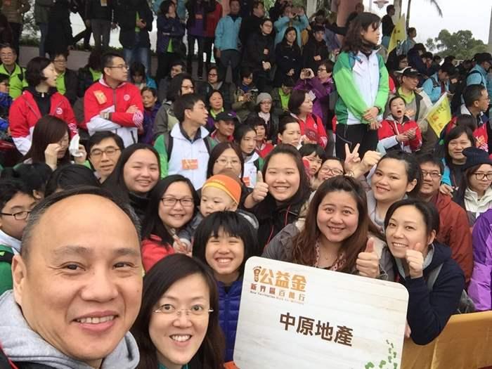 高級營業董事黃澤文先生及執行董事蘇丹莉小姐與中原員工參與新界區百萬行的開步禮。