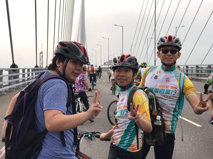 難得於昂船洲大橋上騎乘單車。