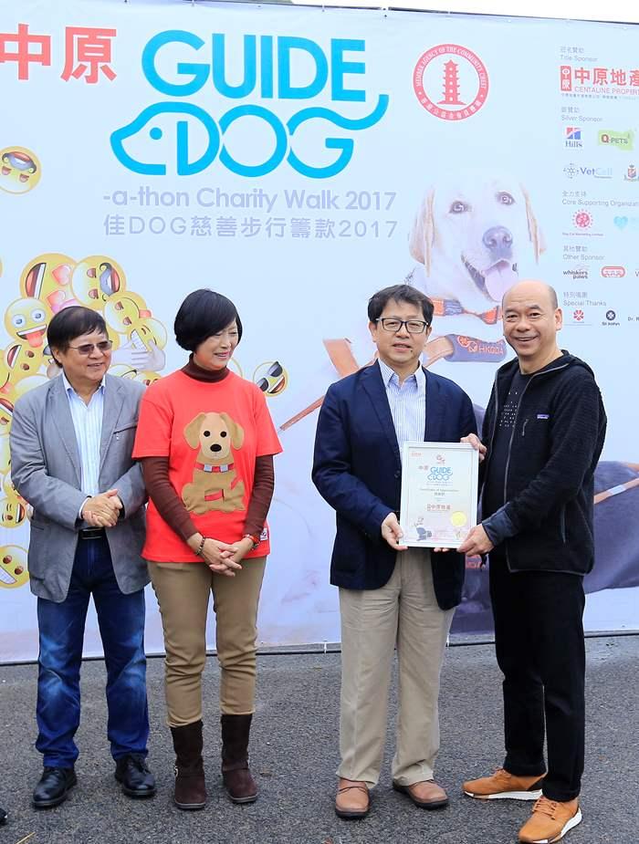 勞工及福利局局長蕭偉強先生頒發感謝狀予中原地產亞太區住宅部總裁陳永傑先生。