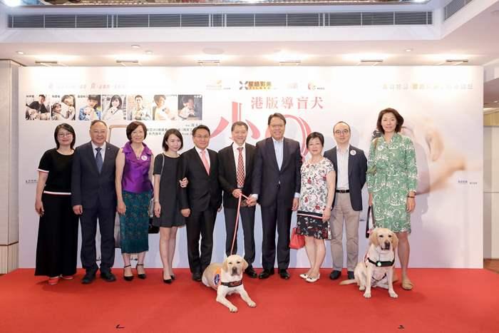 中原地產亞太區主席兼行政總裁黃偉雄先生(右四)與一眾嘉賓在首映禮上合照留念。