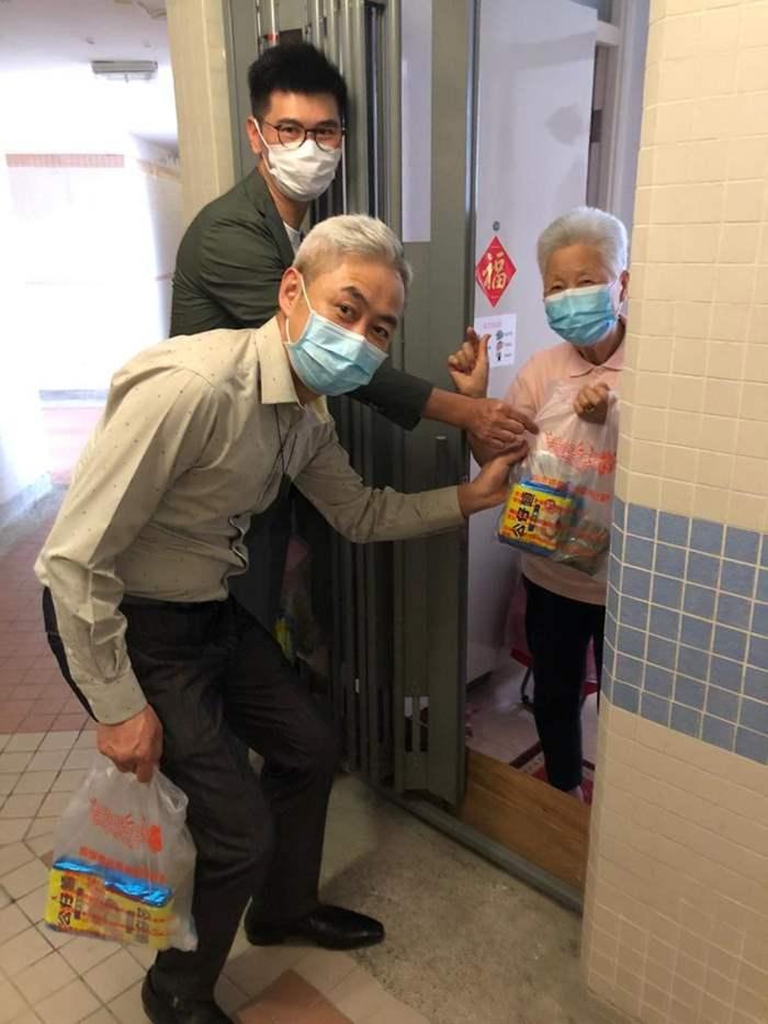 中原精英會應屆會長李巍先生帶領一眾精英會代表向獨居長者親手送上禮物包。