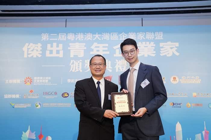 粵港澳大灣區企業家聯盟創會主席蔡冠深先生(左)與中原集團行政總裁施俊嶸先生合照。