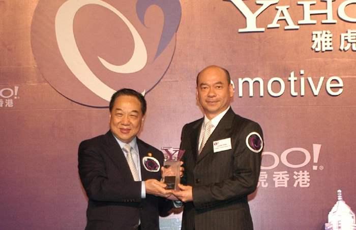 中原地產由住宅部董事總經理陳永傑先生(右)代表接受獎項。