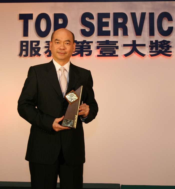 中原住宅部董事總經理陳永傑先生(左)代表接獲獎座。