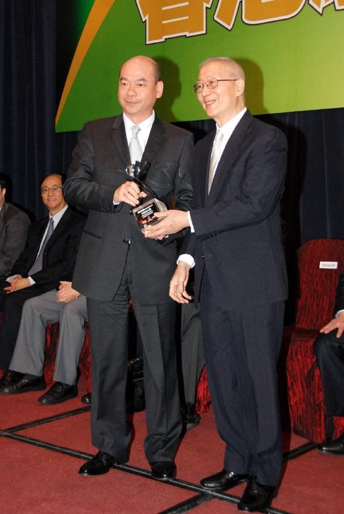 在頒獎禮上,香港中文大學榮休教授及院士閔建蜀教授(右)頒發獎座予中原住宅董事總經理陳永傑先生(左)。