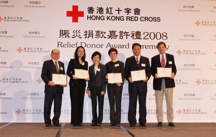 香港紅十字會副主席林胡秀霞士頒發「感謝狀」予捐款逾百萬元的機構。