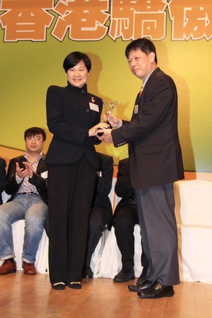 中原地產董事劉瑛琳代表接受「消費者大獎」。