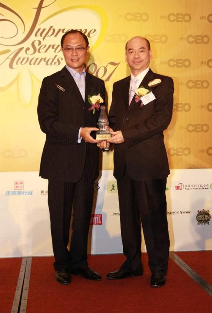 中原地產執行董事陳永傑先生 (右),接受由《資本才俊》副社長盧瑞盛先生頒發的「非凡服務大賞2007」。