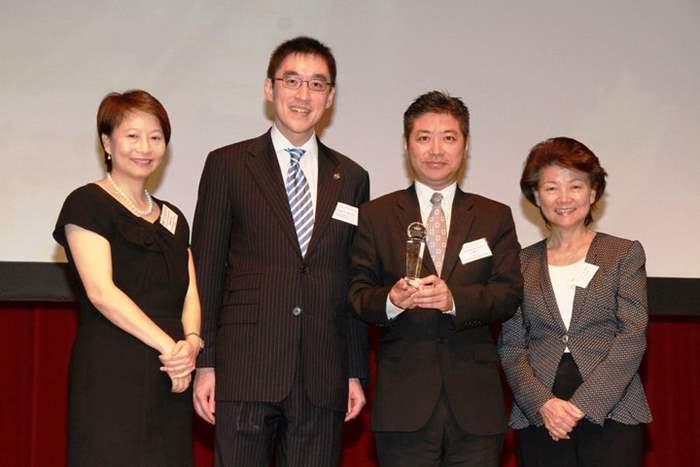 獎項由青年企業家發展局主席梁劉柔芬女士,頒發予中原代表新界區董事王浩聰先生。
