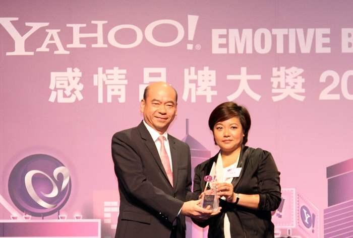 著名股評人胡孟青小姐頒發「Yahoo!感情品牌大獎」予中原地產住宅部亞太區董事總經理陳永傑先生。