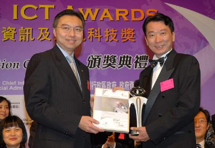 中原地產聯席董事(訊息服務)曾展良代表中原地圖接受獎項;頒獎嘉賓為香港電腦學會會長李惠光先生。