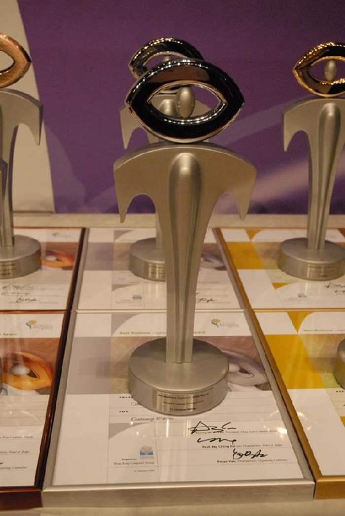 中原地圖所獲的獎座及獎狀。