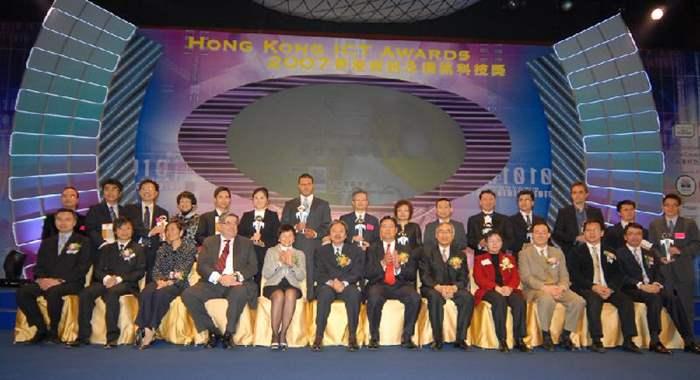 得獎機構/公司代表與主禮嘉賓合照。