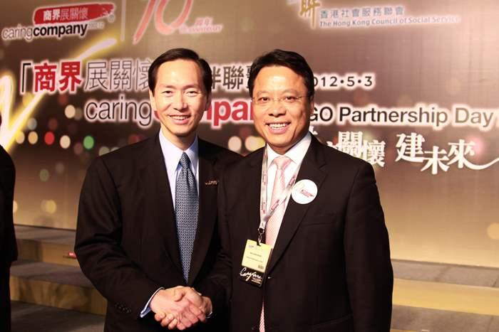 中原地產亞太區總裁黃偉雄先生與「商界展關懷」計劃督導委員會主席陳智思先生拍照留念。