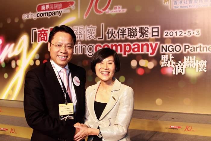 中原地產亞太區總裁黃偉雄先生,與香港社會服務聯會行政總裁方敏生女士合照。
