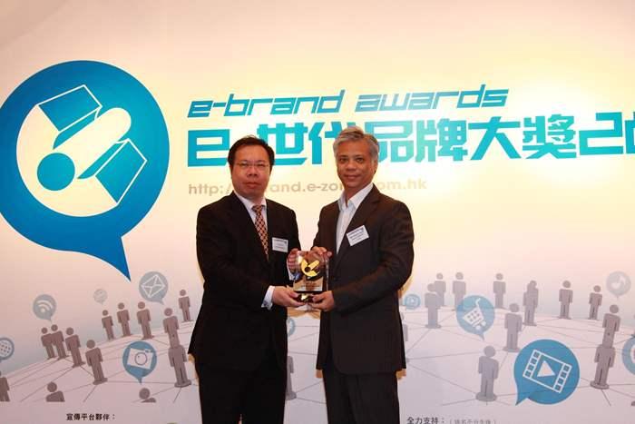 中原《行動筍盤》榮膺「最佳本地手機應用程式」,由執行董事唐秉正先生(Terence)代表接受殊榮。