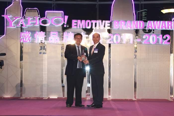 中原地產亞太區住宅部總裁陳永傑先生從曾淵滄教授手中,接過獎項。