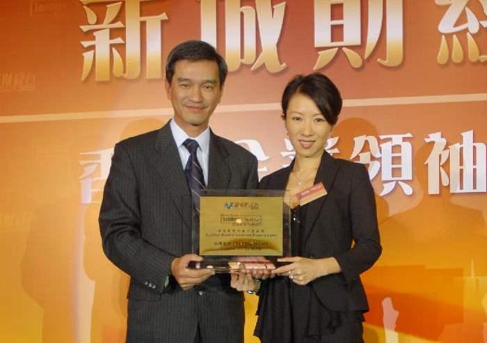 中原豪宅STATELYHOME區域聯席董事黎劍茵接受中國工商銀行(亞洲)董事兼副總經理黃遠輝先生頒發獎項。