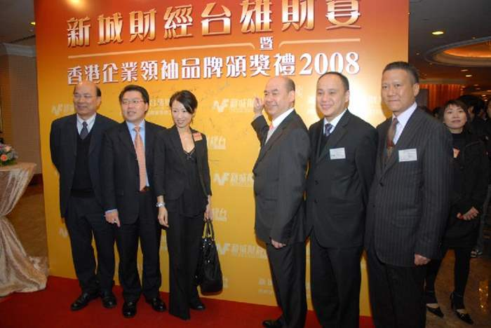 中原地產執行董事陳永傑先生 (右三)連同一眾管理層親臨頒獎禮,以表支持。