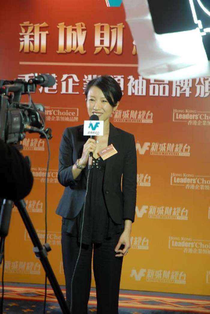 身兼豪宅大使的黎劍茵小姐代表中原地產及中原豪宅STATELYHOME為新城電台錄製電視片段。