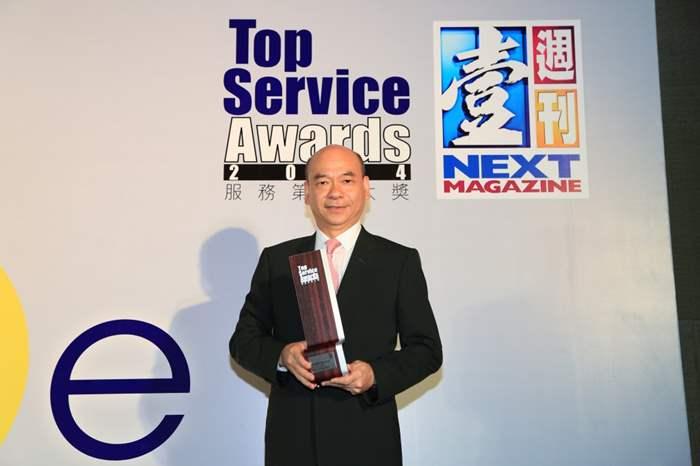 亞太區住宅部總裁陳永傑先生代表中原地產,領取中原第六個《服務第壹大獎》獎座。