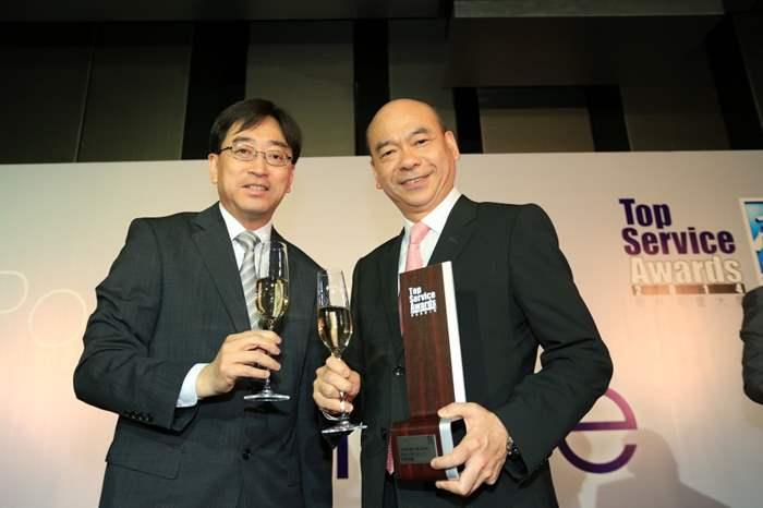 亞太區住宅部總裁陳永傑先生與頒獎嘉賓之一的食物及衞生局局長高永文醫生合照。