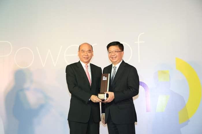 香港旅遊發展局總幹事劉鎮漢先生頒發獎座予中原地產。