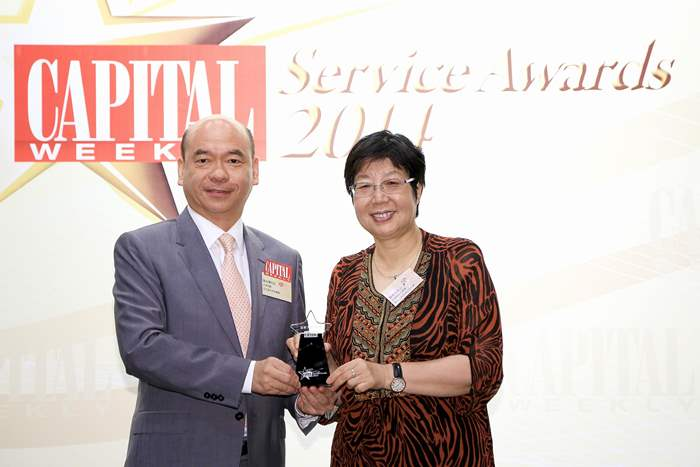 中原地產亞太區住宅部總裁陳永傑先生從頒獎嘉賓-香港特別行政區第十二屆全國人大代表蔡素玉女士,JP手中接過獎項。