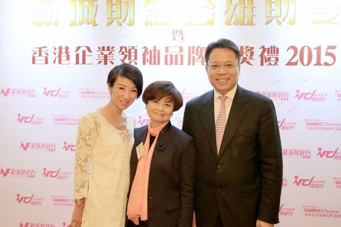 中原地產亞太區總裁黃偉雄(右)與新城廣播有限公司董事總經理馬健生女士(中)