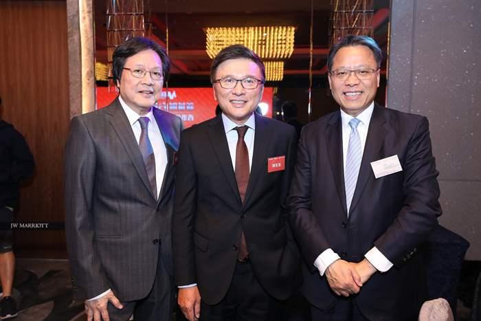 財經事務及庫務局前局長陳家強教授(中)亦為席上嘉賓,與黃偉雄先生(右)合照。
