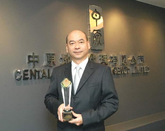 中原地產榮獲生產力促進局頒發「品牌企業優異獎」,由中原地產住宅部董事總經理陳永傑先生代表接受