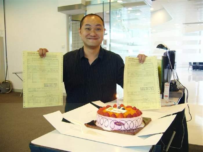 中原代理Kenny當場拿著兩張買賣合約於生日蛋糕前拍照留念