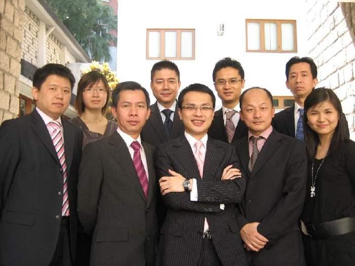 中原豪宅STATELYHOME中半山分區經理蔡亞當(Adam Tsoi)與旗下同事憑著393萬元營業額榮獲