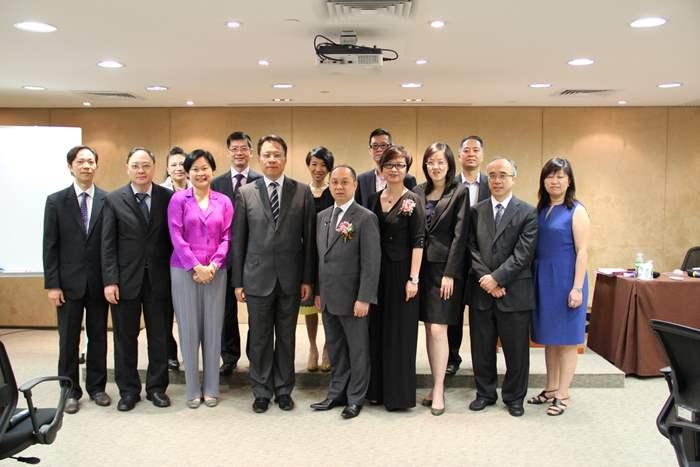 中原地產亞太區總裁黃偉雄(左四)及委員會主席劉瑛琳(左三)均到場支持。