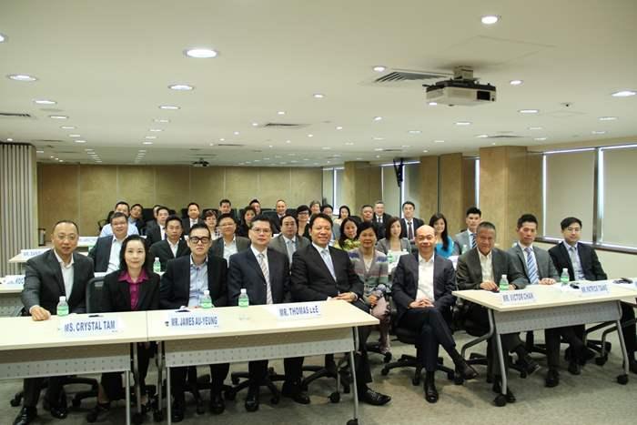 中原地產亞太區總裁黃偉雄先生(右六)開班授徒,推動公司懂教文化。